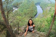 Dziewczyna w lesie widokiem na rzecznym Vltava, Vyhlidka Maj - obraz stock