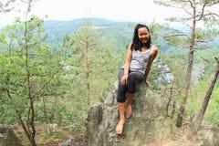 Dziewczyna w lesie widokiem na rzecznym Vltava, Vyhlidka Maj - fotografia stock