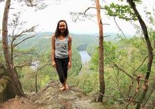 Dziewczyna w lesie widokiem na rzecznym Vltava, Vyhlidka Maj - obraz royalty free
