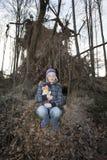 Dziewczyna w lesie z faszerującym zwierzęciem, obraz royalty free