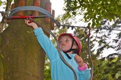 Dziewczyna w linowym parku Fotografia Stock