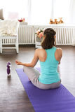 Dziewczyna w lotosowej pozyci medytacja, joga studio Zdjęcie Royalty Free