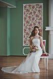 Dziewczyna w mądrze sukni siedzi na krześle w sala 2665 Zdjęcie Royalty Free