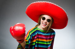 Dziewczyna w meksykańskim żywym poncho i pudełkowatych rękawiczkach Obrazy Royalty Free