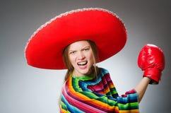 Dziewczyna w meksykańskim żywym poncho i pudełkowatych rękawiczkach Zdjęcia Royalty Free