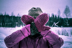 Dziewczyna w menchiach chuje jej twarz od kamery z twój rękami Fotografia Stock