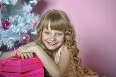 Dziewczyna w menchiach przy choinką zdjęcia royalty free