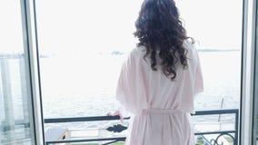 Dziewczyna w menchii światła jedwabniczym kontuszu iść balkon zbiory wideo