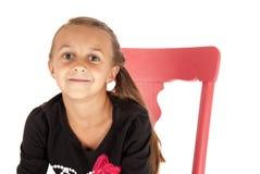 Dziewczyna w menchii krzesła zakończeniu up z tandetnym uśmiechem Zdjęcie Stock