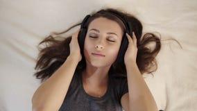 Dziewczyna w miłości Słuchającej muzyce w łóżku zbiory wideo