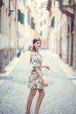 Dziewczyna w miasteczku, Italia Zdjęcie Royalty Free