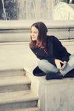 Dziewczyna w miastowym mieście Fotografia Royalty Free