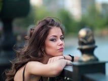 Dziewczyna w mieście blisko mosta zdjęcie stock