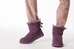 Dziewczyna w mody zimy butach zdjęcie stock