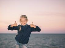 Dziewczyna w morzy przedstawieniach dwa ręki że wszystko jest dobrze Fotografia Royalty Free