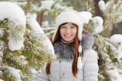 Dziewczyna w mroźnym sosnowym lesie fotografia stock