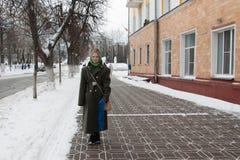 Dziewczyna w mundurze na ulicach przed świętowaniem milit Obraz Royalty Free