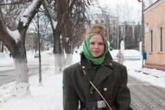 Dziewczyna w mundurze na ulicach przed świętowaniem milit Zdjęcie Stock