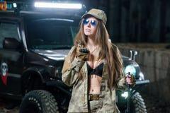 Dziewczyna w mundurze z broniami w ich rękach zdjęcie stock