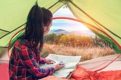 Dziewczyna w namiocie z mapą zdjęcie stock