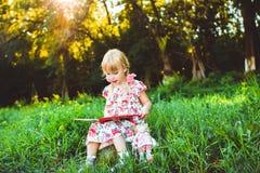 Dziewczyna w natury książce zdjęcia stock