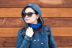 Dziewczyna w niebieskiej marynarce z kapiszonem, fotografia stock