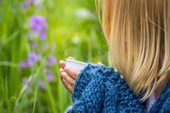 Dziewczyna w ogródzie z filiżanką Obraz Royalty Free