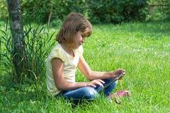 Dziewczyna w ogródzie z pastylką Zdjęcie Royalty Free
