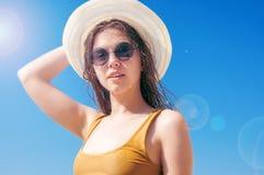 Dziewczyna w okularach przeciwsłonecznych i kapeluszu przeciw morzu Zdjęcia Stock