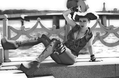 Dziewczyna w osaczającym kapeluszu na brzeg rzeki obraz stock