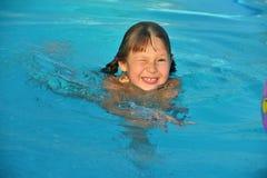 Dziewczyna w pływackim basenie fotografia royalty free