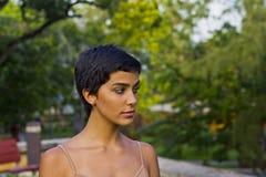 Dziewczyna w parkowym odprowadzeniu wokoło Obraz Stock
