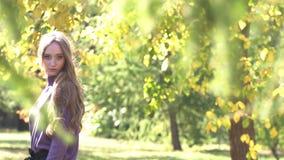 Dziewczyna w parku zbiory