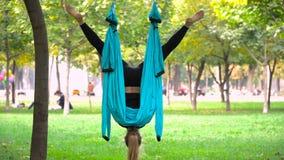 Dziewczyna w parku angażował w powietrzny joga Zdjęcia Stock