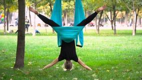 Dziewczyna w parku angażował w powietrzny joga Fotografia Stock