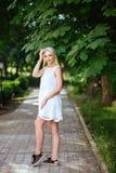 Dziewczyna w parku w białej sukni obraz stock
