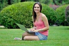 Dziewczyna w parku z laptopem Obrazy Stock