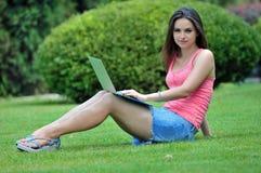 Dziewczyna w parku z laptopem Zdjęcia Royalty Free