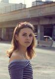 Dziewczyna w pasiastej koszula przy zmierzchem Zdjęcie Royalty Free