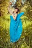 Dziewczyna w pięknej błękitnej trzepotliwej sukni zdjęcie stock