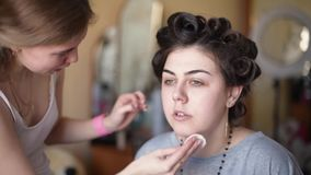 Dziewczyna w piękno salonie zbiory wideo