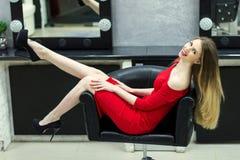 Dziewczyna w piękno salonie obraz stock
