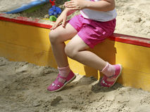 Dziewczyna w piaskownicie obrazy royalty free
