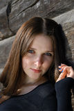 dziewczyna w pobliżu nastoletnią drewna ściany zdjęcia stock
