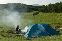 dziewczyna w pobliżu namiotu Obrazy Royalty Free