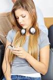 Dziewczyna w poczekalni z smartphone zdjęcia royalty free