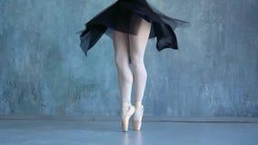 Dziewczyna w pointes tanczy na szarym tle w balet szkole Piękna balerina tanczy przy balet szkołą _ zbiory