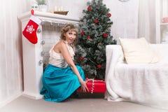 Dziewczyna w pokoju przed bożymi narodzeniami i nowym rokiem Fotografia Stock
