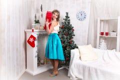 Dziewczyna w pokoju przed bożymi narodzeniami i nowym rokiem Fotografia Royalty Free