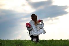 Dziewczyna w polu kwiaty Dziewczyna z peonią chodzi w polu zdjęcia stock